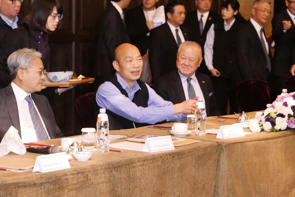 國民黨總統候選人韓國瑜(中)於2020台灣總統大選期間曾獲中共國台辦的資金助選,台灣檢調首度查獲並起訴長沙台協會長林懷等7人。資料圖。(郭曜榮/大紀元)