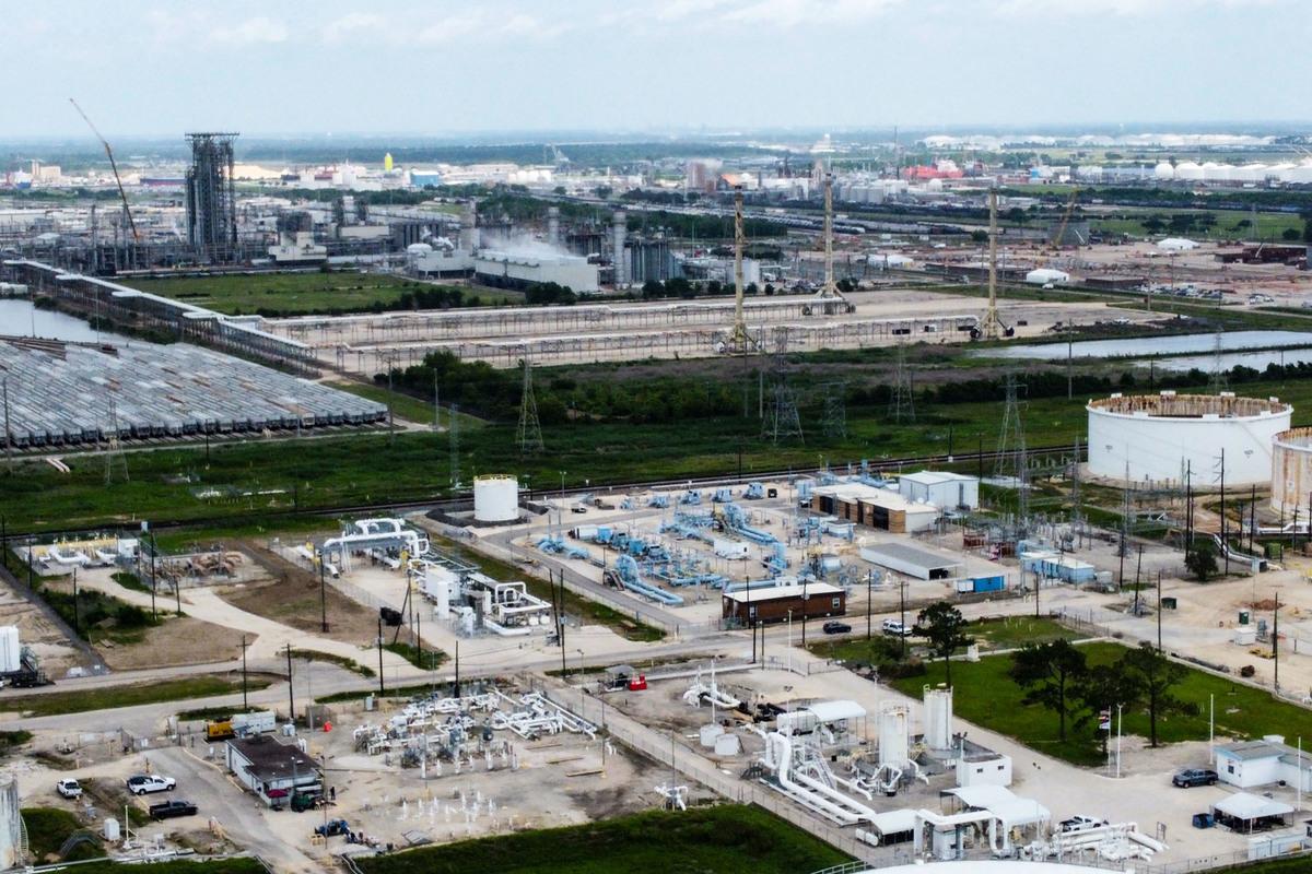 圖中淡藍色管道為位於德薩斯州帕薩迪納市(侯斯頓東部)的Colonial Pipeline管道侯斯頓站設施。(攝於2021年5月10日)。(FRANCOIS PICARD/AFP via Getty Images)