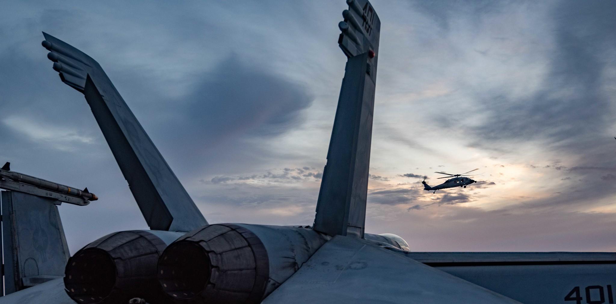 2021年9月19日,美軍的列根號航母(CVN76)從中東地區返回印度洋,一架直升機在甲板上方盤旋。(美國海軍)
