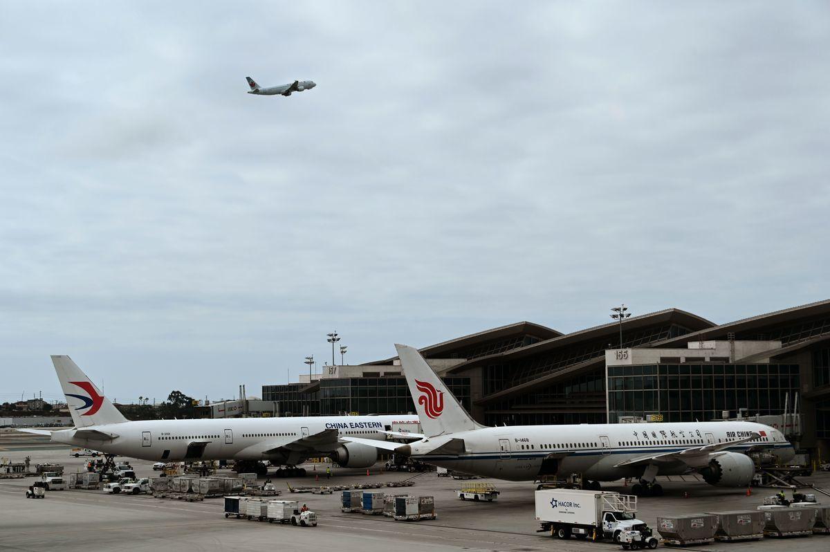 中國民航的「五個一」政策,令大批持旅遊簽證的華人及留學生因沒有航班而滯留美國。(DANIEL SLIM/AFP via Getty Images)