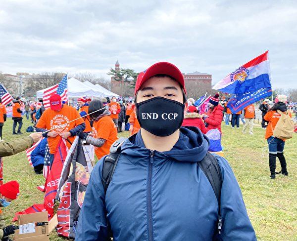 1月6日,劉先生支持「END CCP」。(李桂秀/大紀元)