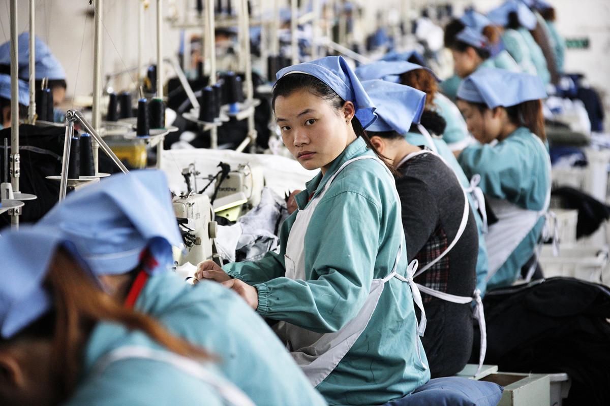 近期,孚日集團的股價持續暴跌。圖為2011年11月21日中國工人在安徽省的一家紡織廠裏工作。(AFP/Getty Images)
