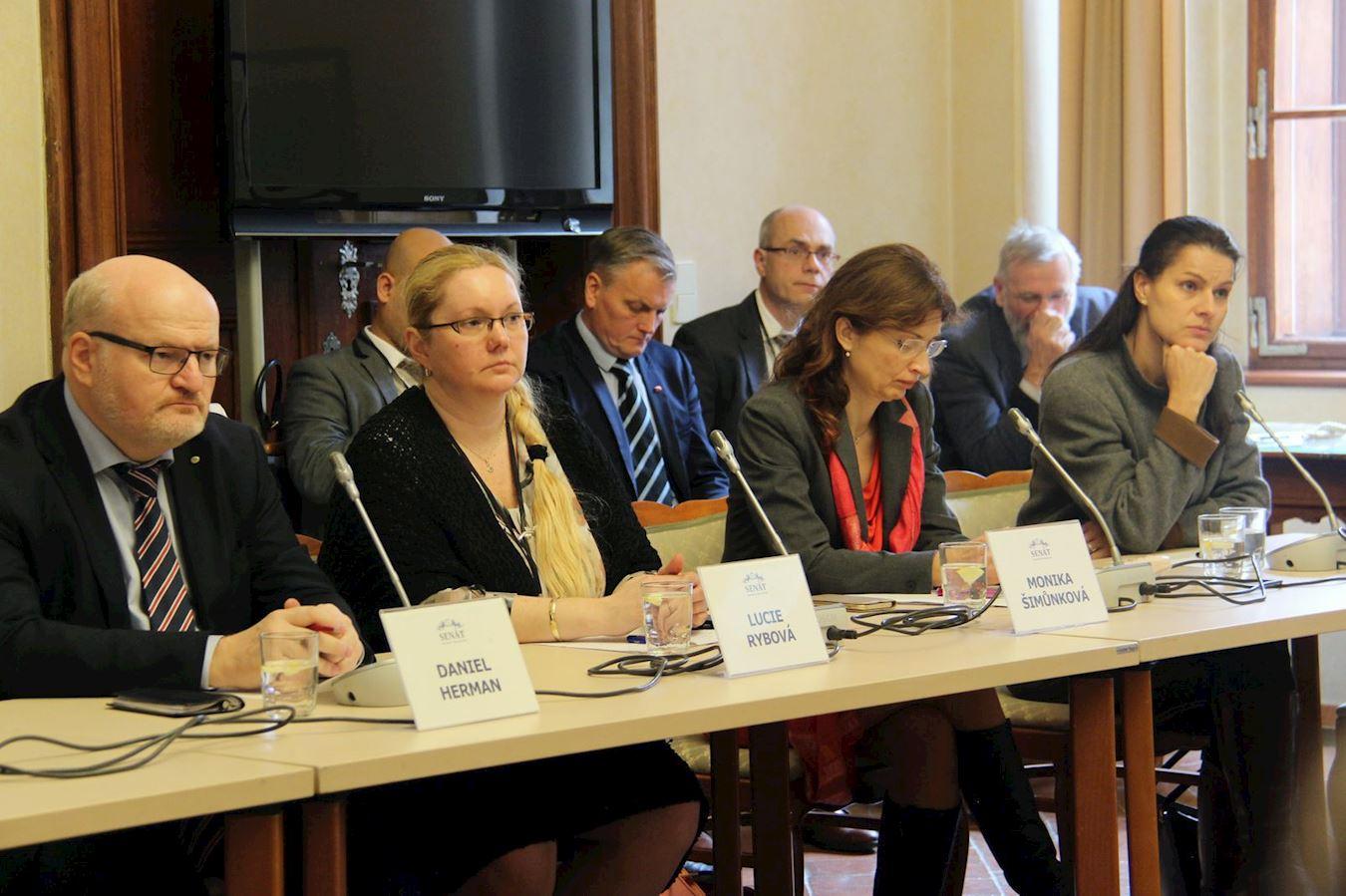 2018年11月19日,捷克參議院舉行聽證會,呼籲中共停止迫害法輪功。前排左起:捷克前文化部長丹尼爾·赫爾曼,捷克赫爾辛基委員會成員露西·麗勃娃和莫妮卡·史姆恩考娃及記者卡特史娜·普羅哈茲考娃。(明慧網)
