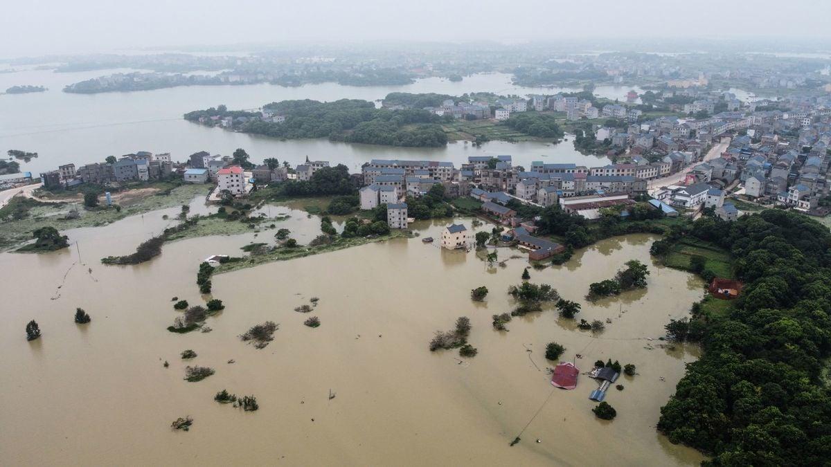 2020年7月16日拍攝的航拍照片,江西省上饒市鄱陽縣,洪水氾濫,整個地區被淹沒。(HECTOR RETAMAL/AFP via Getty Images)
