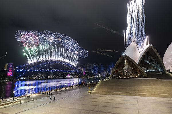 2021年1月1日,由於疫情,悉尼跨年煙花表演縮減規模,並限制人們赴現場觀看。(Brook Mitchell/Getty Images)
