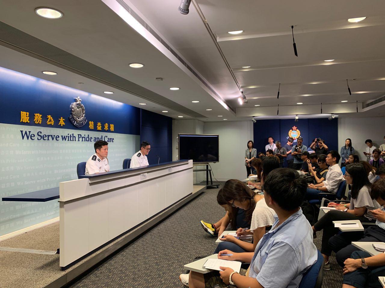 8月8日下午4點香港警方召開例行新聞會。面對記者的連串敏感問題,警方含糊其辭或拒絕回應。(駱亞 / 大紀元)