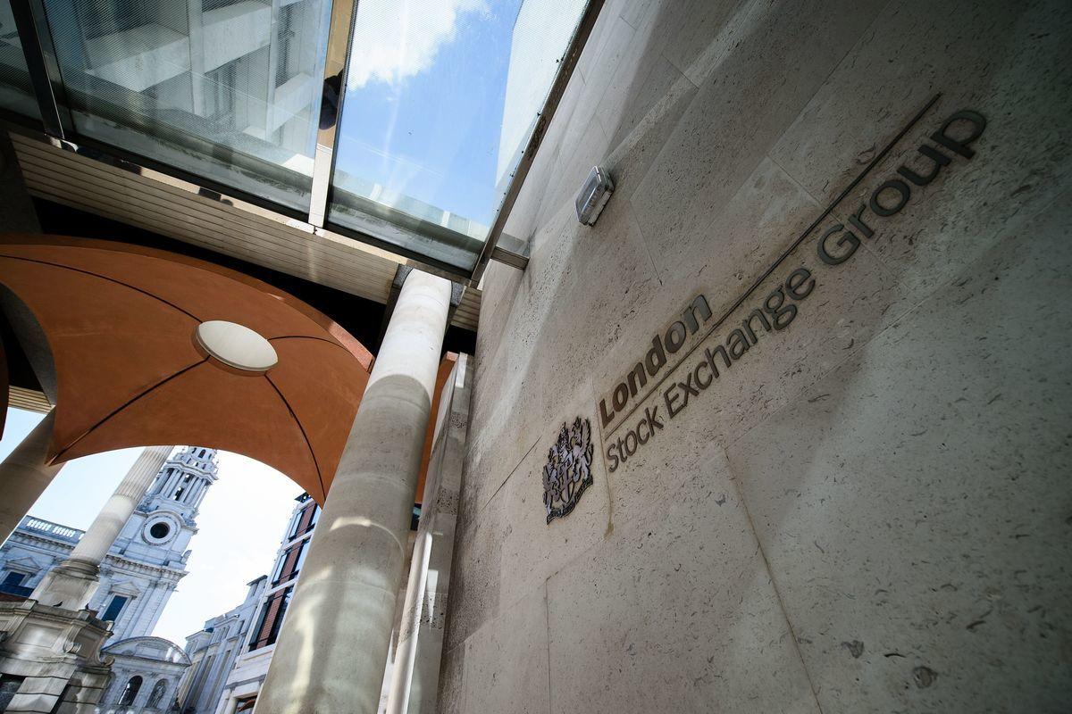 在富時羅素所有者倫敦證券交易所集團發言人發出的聲明中,富時羅素表示,將刪除包括杭州海康威視、中國鐵建股份有限公司(China Railway Construction Corp)和中國東方紅衛星股份有限公司(China Spacesat)在內的中國公司股票。圖為倫敦證券交易所。(LEON NEAL/AFP/Getty Images)