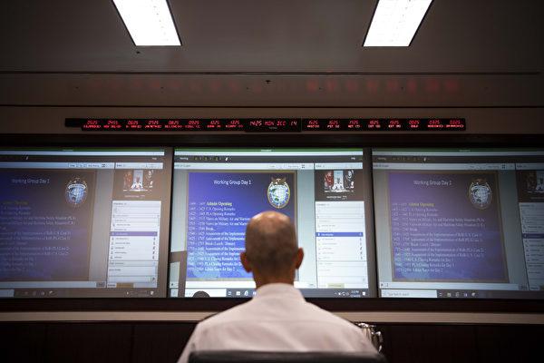 2020年12月16日,美軍忽然公佈,中共軍方沒有在雙方的影片溝通會議中露面,圖為美國印太司令部東北亞政策司司長邁克爾·斯派克上校正在屏幕前等待中共軍隊代表現身。(美國海軍)