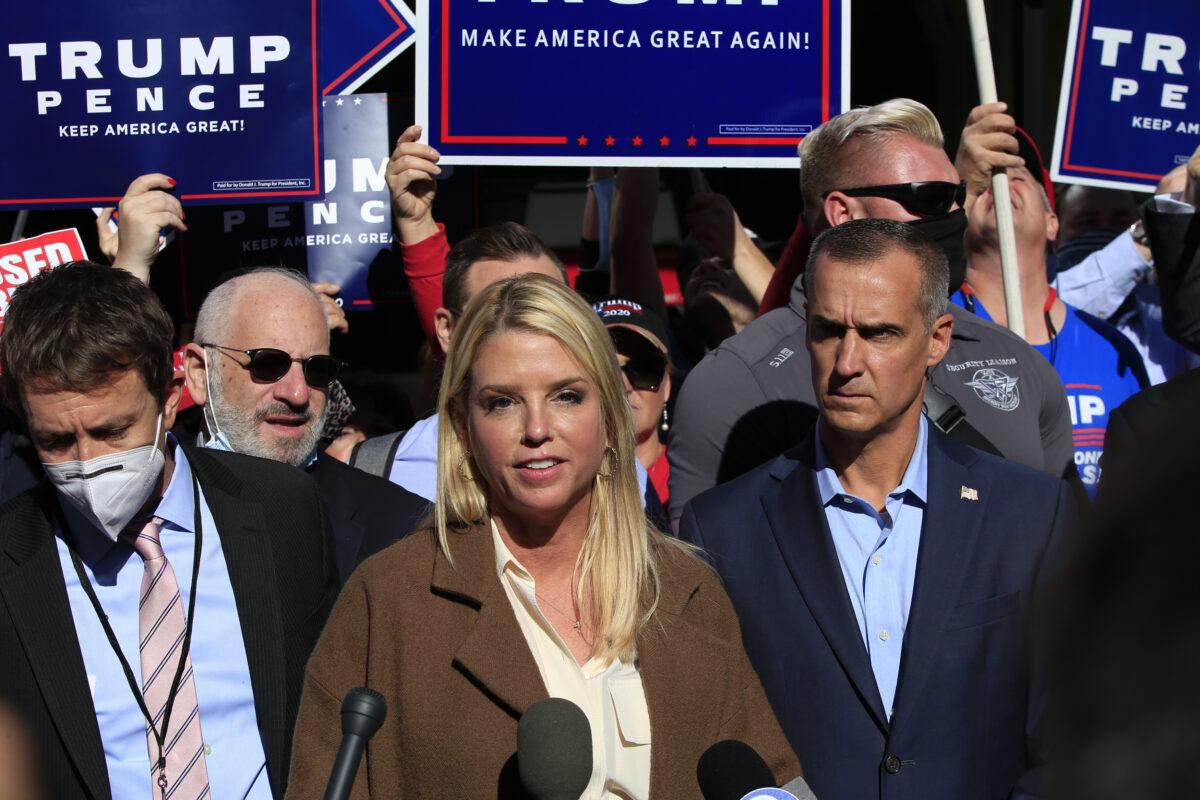 2020年11月5日,前佛羅里達州總檢察長帕姆·邦迪(Pam Bondi)和特朗普的競選顧問科裏·萊萬多夫斯基(Corey Lewandowski)在賓夕凡尼亞州費城的賓夕凡尼亞會議中心外發表講話。(Kena Betancur/AFP via Getty Images)