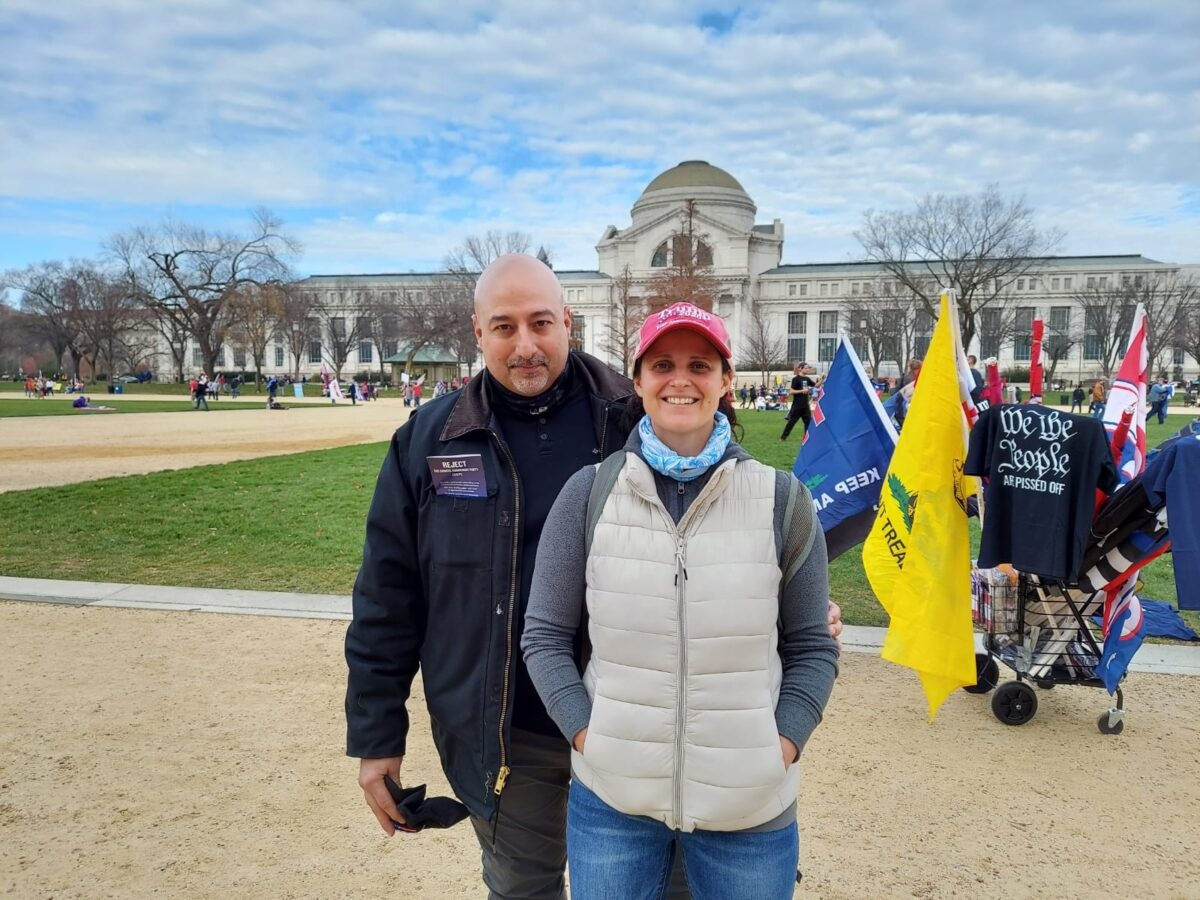 賓夕凡尼亞州來的醫療專業人員托馬斯·恰波加斯和他的妻子黛安趕來華盛頓DC,呼籲真相。(陸查理/大紀元)