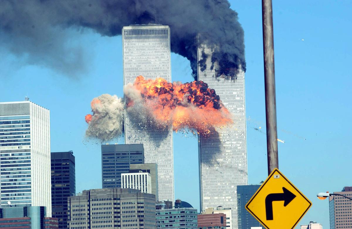 2001年9月11日恐怖份子將飛機撞入紐約市曼哈頓世貿中心的雙子塔,此前的25分鐘,11號航班上的華裔空姐鄧月薇提供了寶貴的資料,她成為美國英雄。( Spencer Platt / Getty Image)