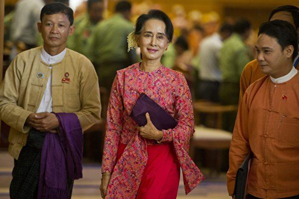 2016年2月1日,昂山素姬(中)帶領她的全國民主聯盟(民盟)黨進入緬甸議會大廳,進行緬甸新一屆聯邦議會選舉。(YE AUNG THU/AFP/Getty Images)