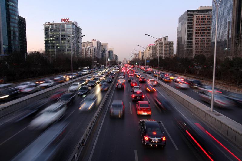 圖為中國北京尖峰時刻的交通。(ED JONES/AFP)
