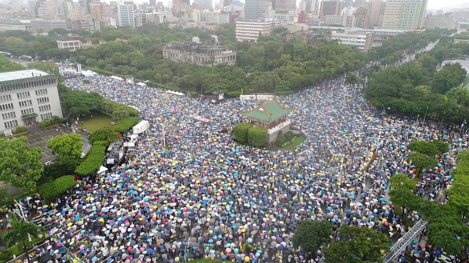 「拒絕紅色媒體、守護台灣民主」活動6月23日下午在總統府前凱達格蘭大道登場,大批民眾冒雨到場響應,舉出標語表達訴求。(大紀元)