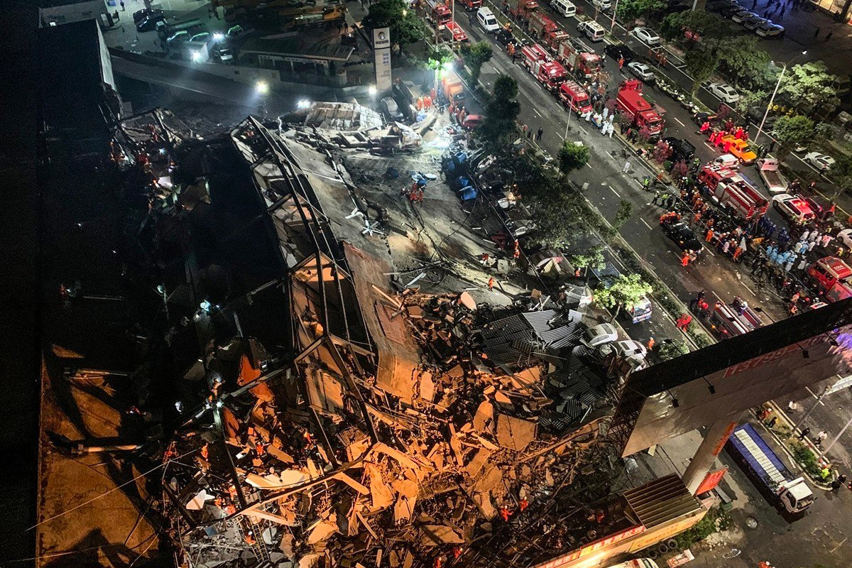 福建泉州中共肺炎隔離點的欣佳快捷酒店發生坍塌事故。坍塌全過程僅用兩秒。有目擊者說:底層粉碎後向上層倒塌。(STR/AFP via Getty Images)