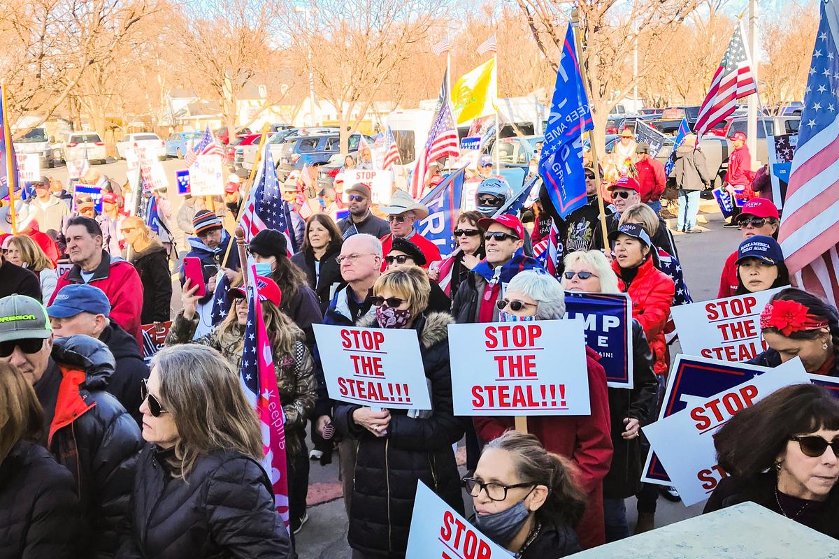 2020年12月3日,特朗普支持者在內華達州卡森(Carson)市法院舉行大選欺詐聽證會。許多民眾在法院外集會支持特朗普,要求公平選舉。(曹景哲/大紀元)