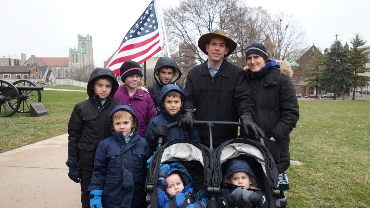 從事建築行業的約翰·麥奎爾和太太領著他們的七個孩子一起來參加集會,他說:「我們為我們孩子們的未來擔心。我希望他們知道他們必須在這個國家有所作為。約翰·麥奎爾一家在密歇根州議會大樓前。」(林樸/大紀元)