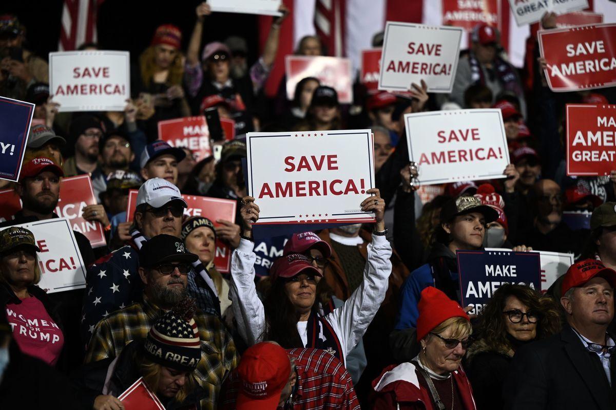 2020年12月5日,特朗普總統參加佐治亞州為兩名共和黨參議員助選的集會並發表講話。圖為現場支持民眾手舉「拯救美國」的標語牌。(ANDREW CABALLERO-REYNOLDS/AFP via Getty Images)