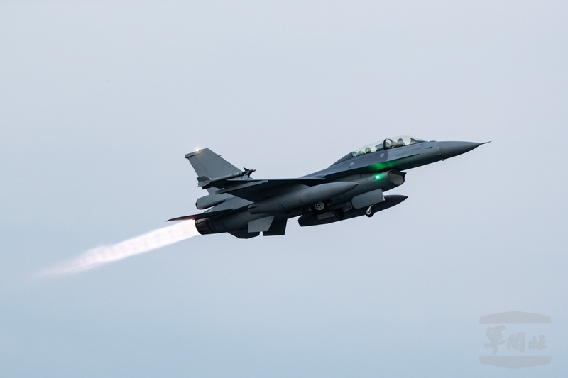 台灣三軍「聯合防空作戰訓練」9月22日凌晨進行,空軍嘉義基地F-16V緊急升空攔截。(軍聞社提供)
