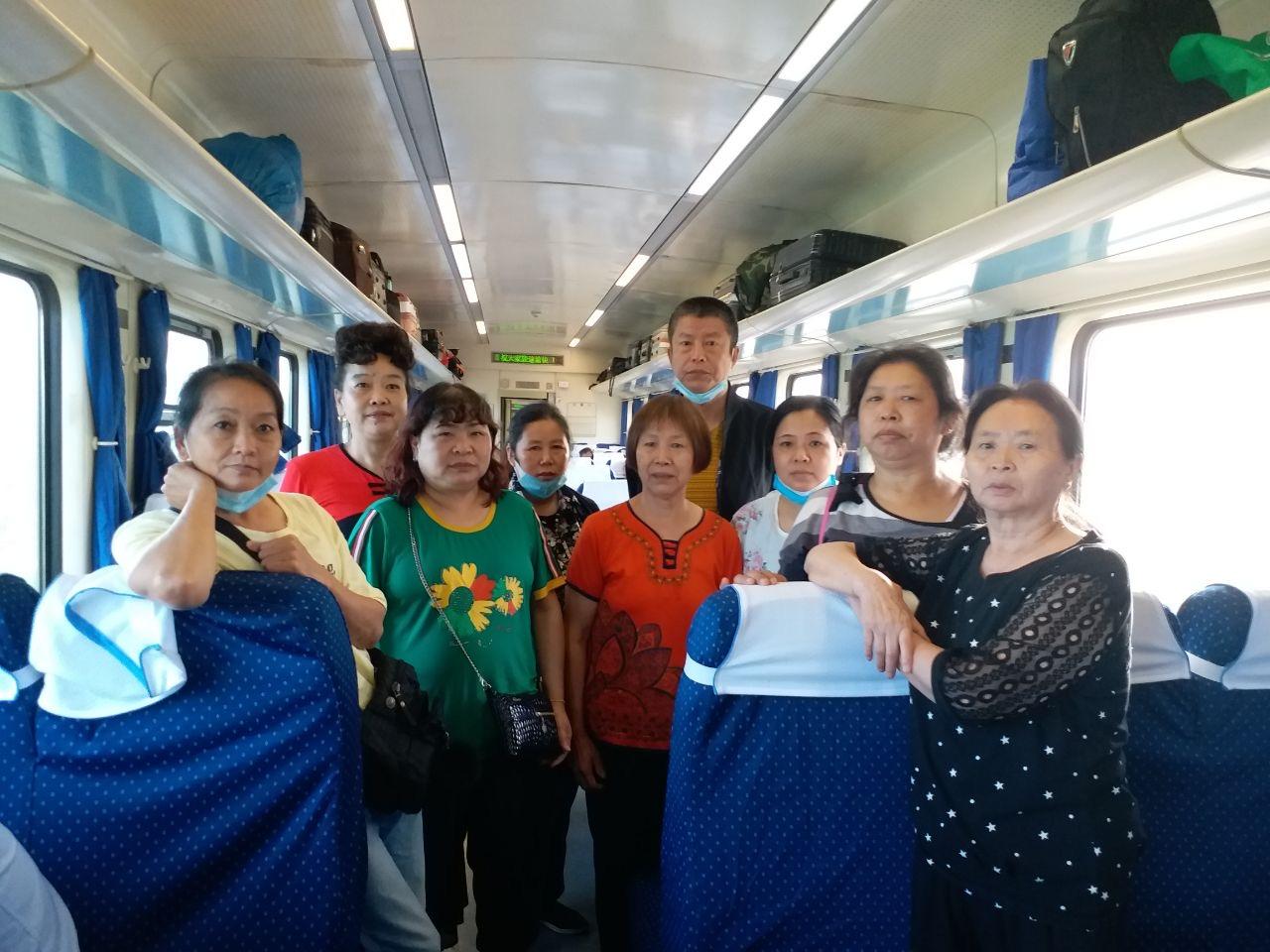 2020年8月2日,重慶訪民付清淑、危文元、趙亮、王志芬、朱芝招等十餘人,在重慶開往北京的Z4火車上被地方截訪人員和警察暴力攔截。圖為部份訪民合照。(受訪者提供)