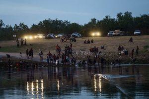 美國阻非法移民入境 德州部署警車達數英里長