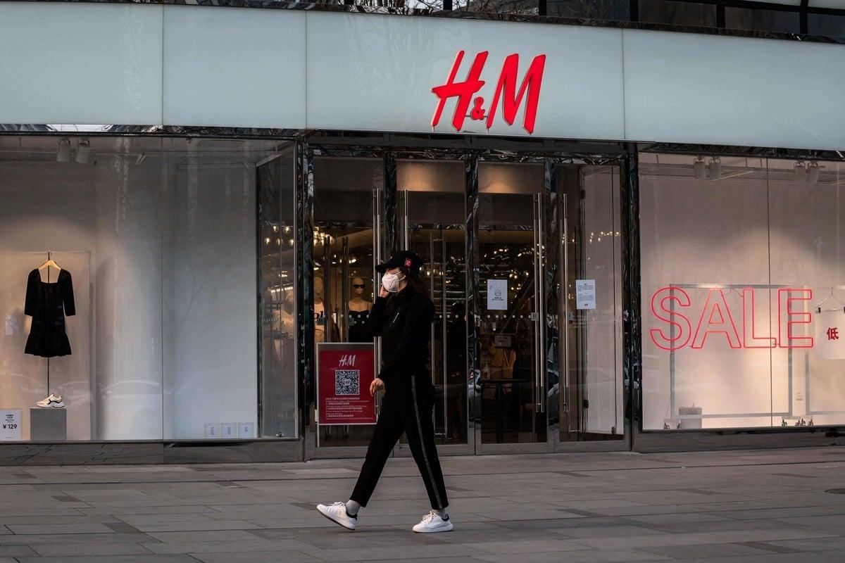 中共官媒鼓動大陸老百姓抵制國際品牌。圖為H&M店示意圖。 (NICOLAS ASFOURI/AFP via Getty Images)