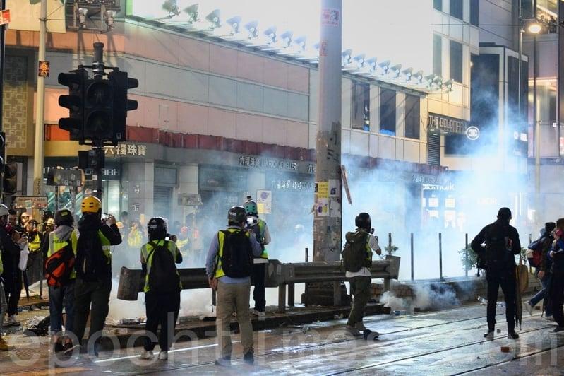 2020年1月1日,香港民陣舉辦「元旦大遊行」。警方在銅鑼灣放催淚彈。(宋碧龍/大紀元)