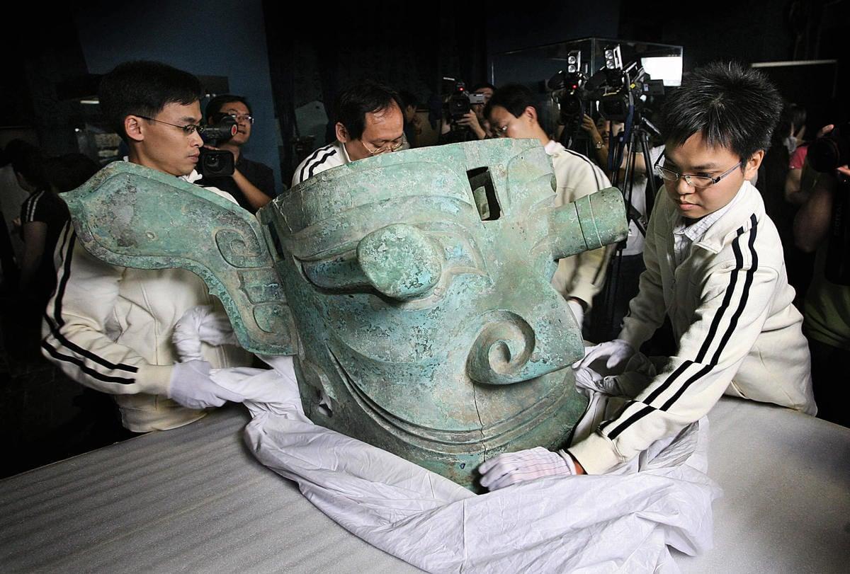 2007年5月28日,四川三星堆出土的青銅縱目面具被運到香港展出。(MIKE CLARKE/AFP via Getty Images)