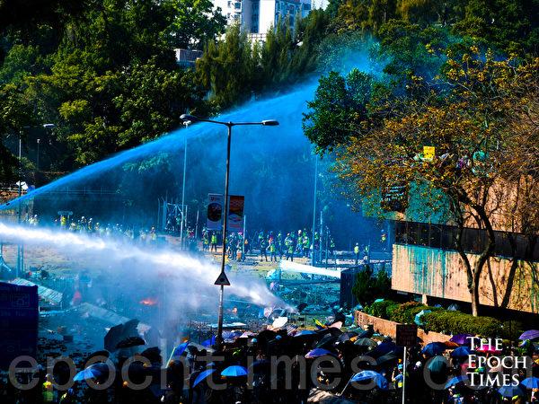 2019年11月17日下午,香港理工大學現場,港警出動兩架水炮車、裝甲車,同時發射催淚彈清場。(yinyin liao/大紀元)