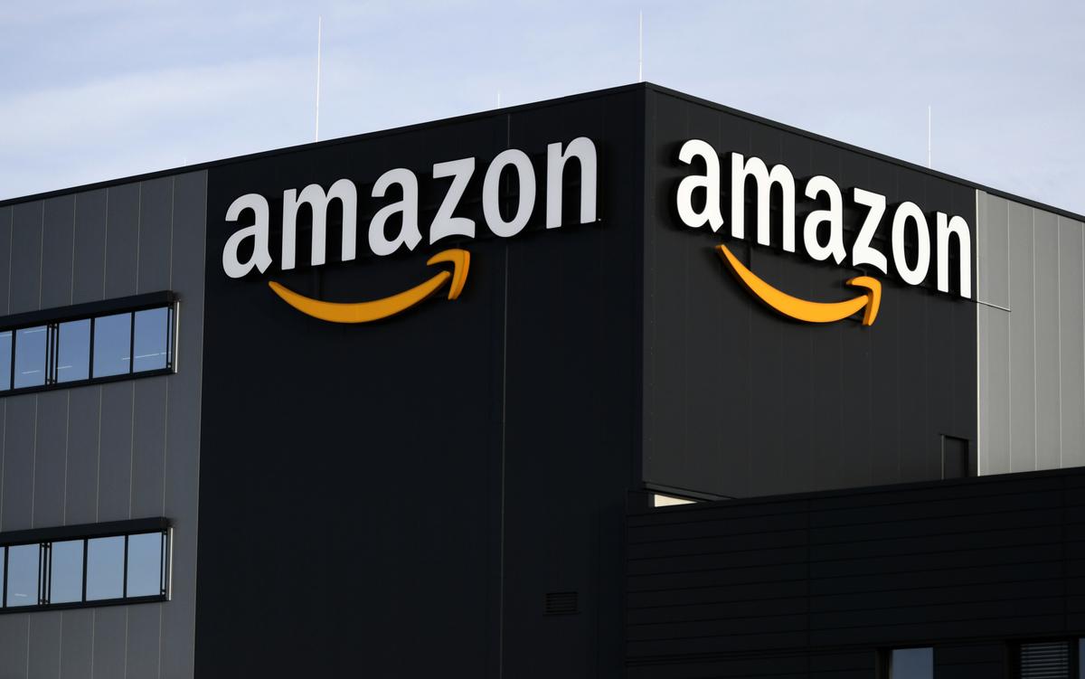 許多民眾因為疫情待在家不出門、對線上購物需求量增加,導致電商巨擘亞馬遜(Amazon)業務也暴增。(INA FASSBENDER/AFP)