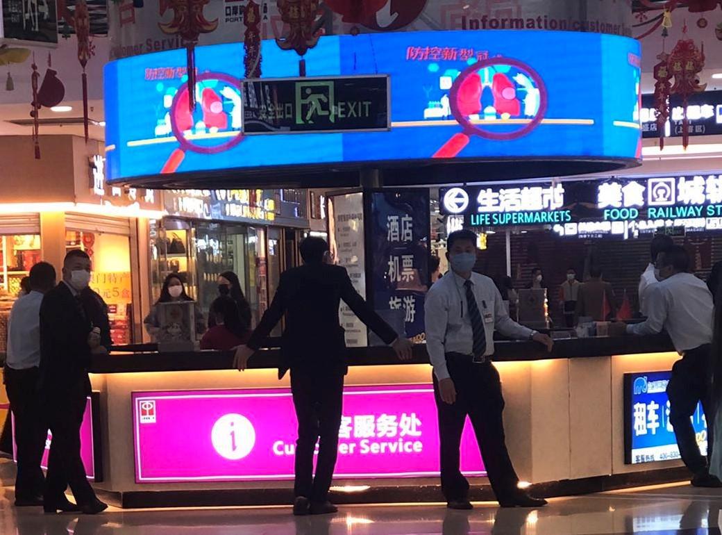 3月7日、8日,廣東珠海拱北口岸地下商業廣場的數百名商戶罷市,要求減免租金,遭到商場人員恐嚇,以及噴辣椒水。圖為商場到處可見保安人員。(受訪者提供)