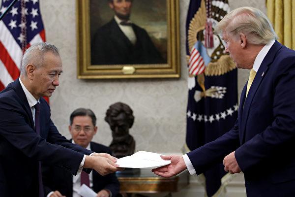 2019年10月11日,中共副總理劉鶴在白宮向特朗普總統遞交習近平的親筆信。(Win McNamee/Getty Images)