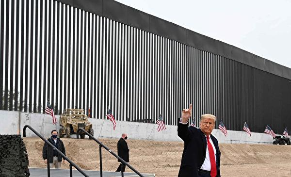2021年1月12日,美國德克薩斯州阿拉莫鎮(Alamo),總統川普視察邊境牆時向民眾致意。(MANDEL NGAN/AFP via Getty Images)