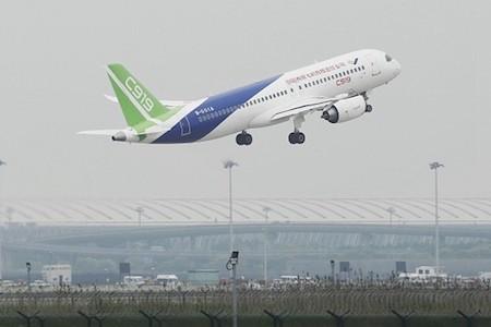 美國防部上周增列九家中企入中共軍企黑名單,中國商飛榜上有名。圖為安全性受質疑的商飛客機C919。(STR/AFP/Getty Images)