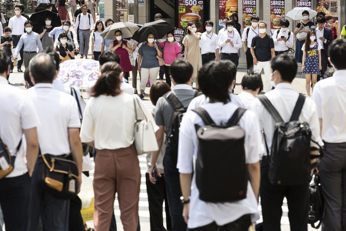 日本企業申請政府補助離開中國的數量從第一輪的90家激增至第二輪的1,670家,申請金額是政府預算餘額的11倍。圖為2020年8月4日,日本東京,街上的民眾多數戴著口罩。(Yuichi Yamazaki/Getty Images)