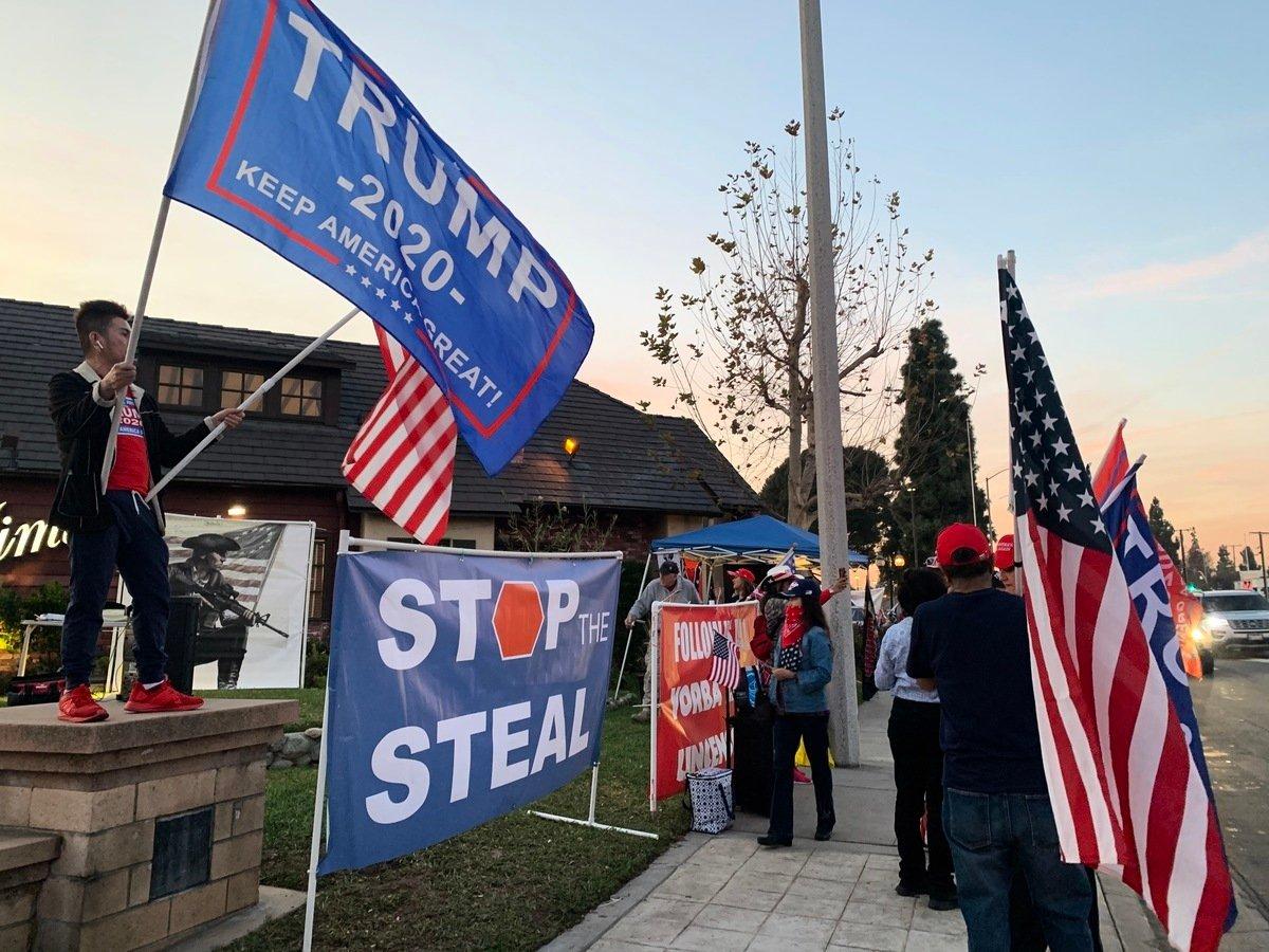 美國大選日後,民間自發舉行的反竊選、支持特朗普總統集會在全美遍地開花。圖為12月6日,加州上百位選民在橙縣約巴琳達市(Yorba Linda)舉行的集會。(姜琳達/大紀元)
