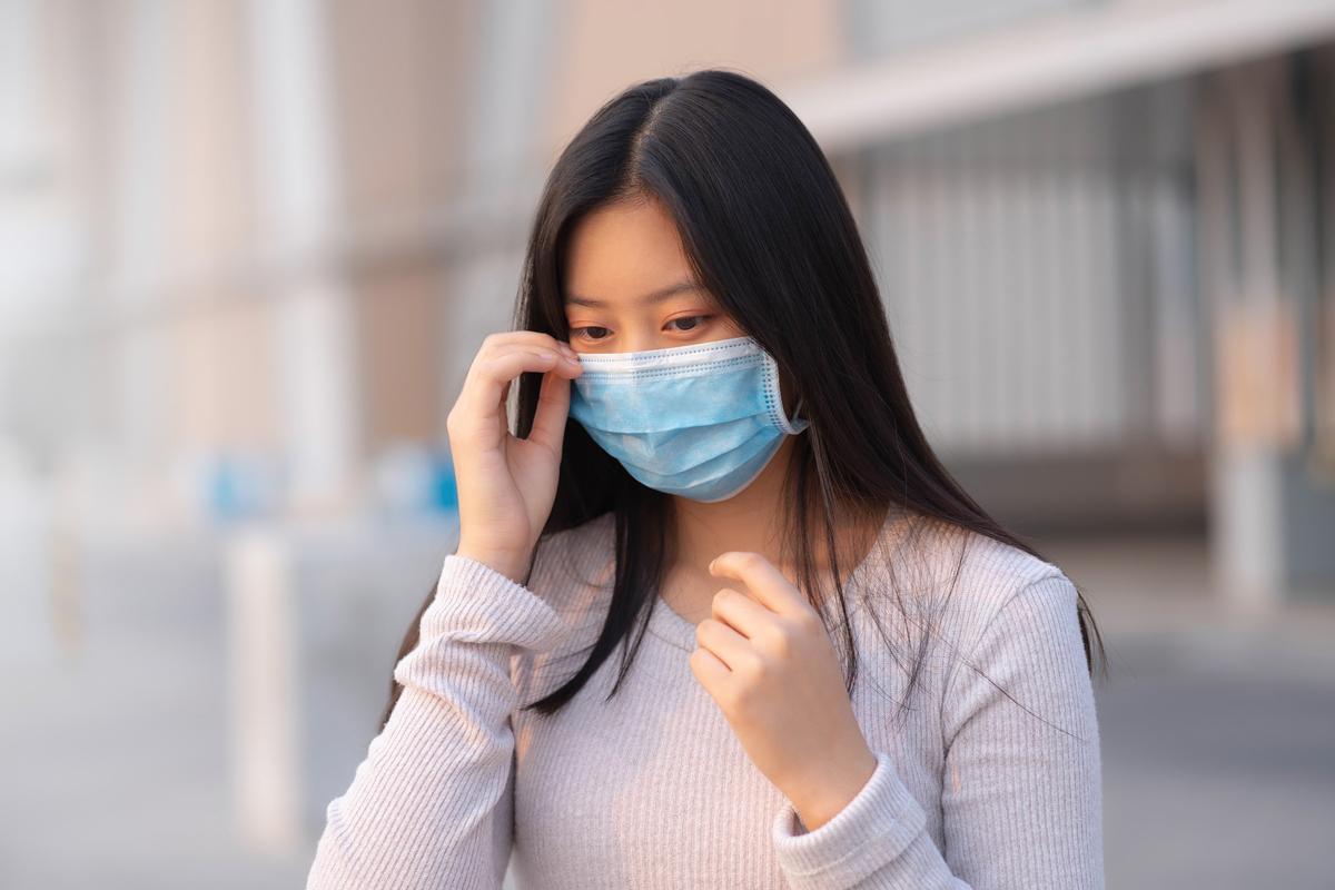 一項新的研究發現,即使人們戴著口罩,中共肺炎也可以在距離超過四呎的兩人之間傳播。(Shutterstock)
