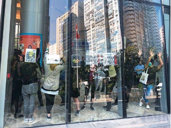 2019年12月11日,葵涌大連排道遊樂場「和你lunch」活動,由於有大量警察提前戒備,抗爭者改變策略,由室外轉至九龍貿易中心內舉行,避開警暴。(葉依帆/大紀元)