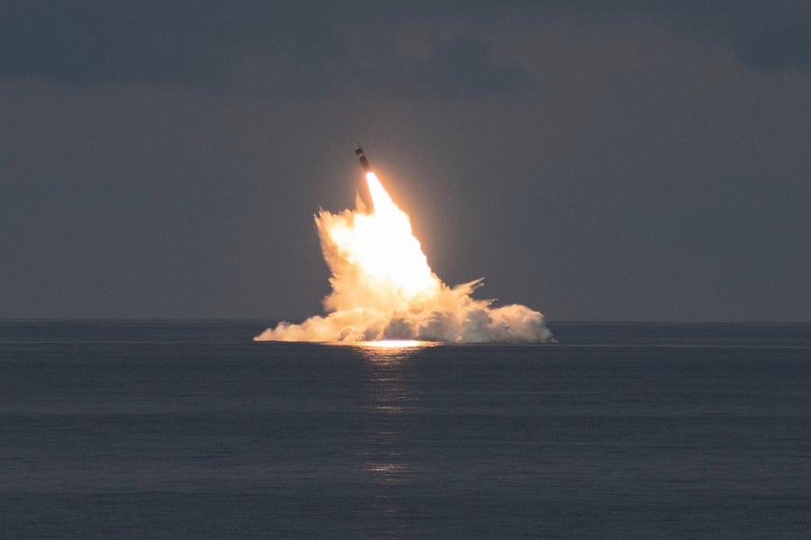 美軍成功試射兩枚三叉戟II型潛射彈道導彈