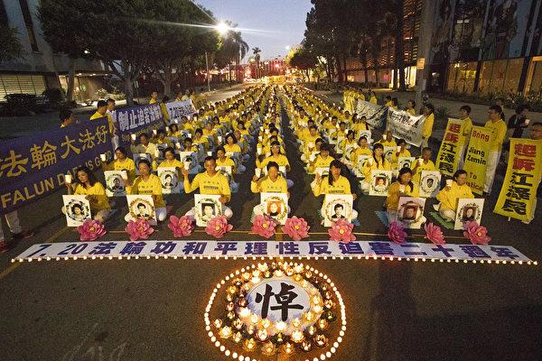 2019年7月19日晚,洛杉磯部份法輪功學員在中領館前燭光夜悼,緬懷遭中共迫害而早逝的大陸法輪功學員。(季媛/大紀元)