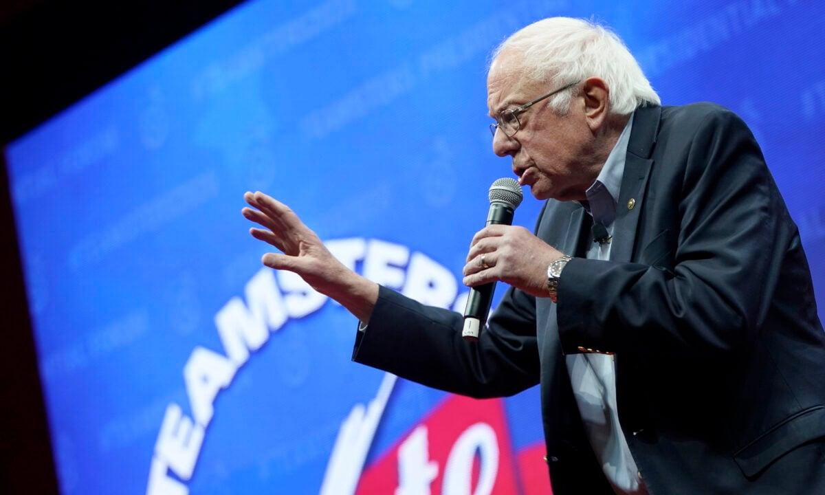 2019年12月7日,愛荷華州錫達拉皮茲市,民主黨總統候選人參議員伯尼‧桑德斯在卡車司機投票2020年總統候選人論壇(Teamsters Vote 2020 Presidential Candidate Forum)上講話。(Win mcnamara / getty Images)