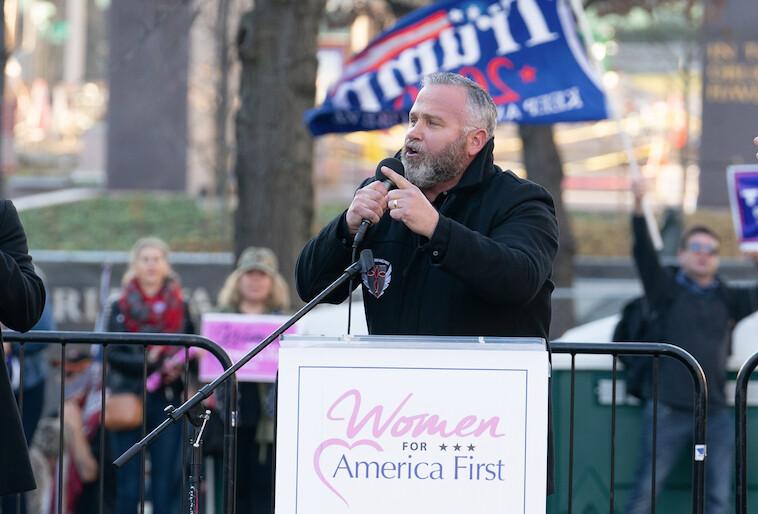 2020年12月12日,在華府自由廣場(Freedom Plaza)舉行的集會上,牧師布萊恩·吉布森(Brian Gibson)談到保護第一修正案權利。(Leo Shi/The Epoch Times)