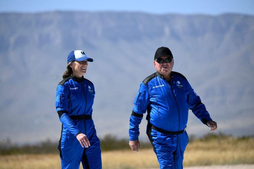 2021年10月13日,《星空奇遇記》演員薛特納抵達位於西德薩斯地區的「新謝潑德」火箭著陸場參加新聞發布會。(PATRICK T. FALLON/AFP via Getty Images)