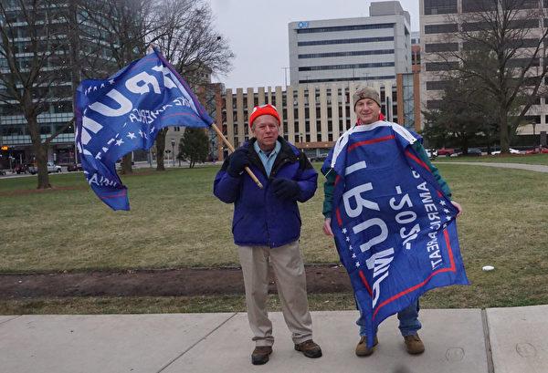 卡爾·克魯格(Carl Klug)和大衛·科平(David Kopin)都是工程師。他們無法對如山的選舉舞弊證據視而不見,因此驅車四十多分鐘來到首府蘭辛市的「反竊選」集會現場發聲,以實際行動來支持特朗普總統。(林慧心/大紀元)