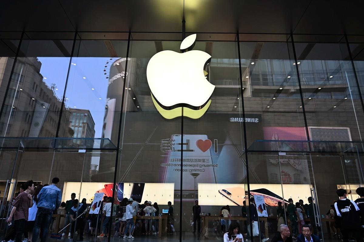彭博社引述知情人透露,蘋果公司要求重要元件的供應商在地理上必須有「雙重來源」,以應對潛在的長期性供應危機。(HECTOR RETAMAL/AFP)