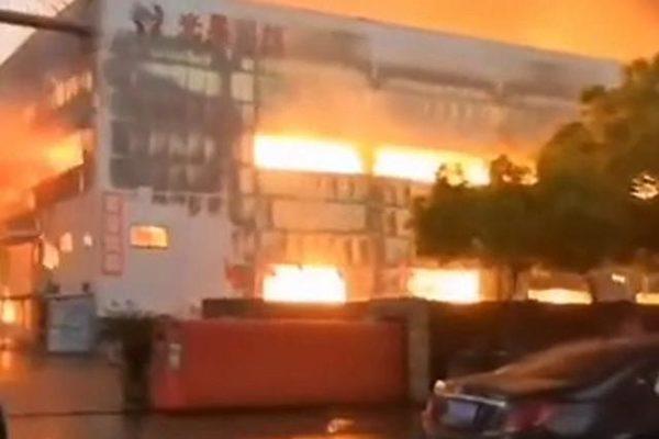 4月11日17時左右,浙江紹興市光昊機械科技有限公司廠房發生大火,濃煙滾滾直衝雲霄。(截圖)
