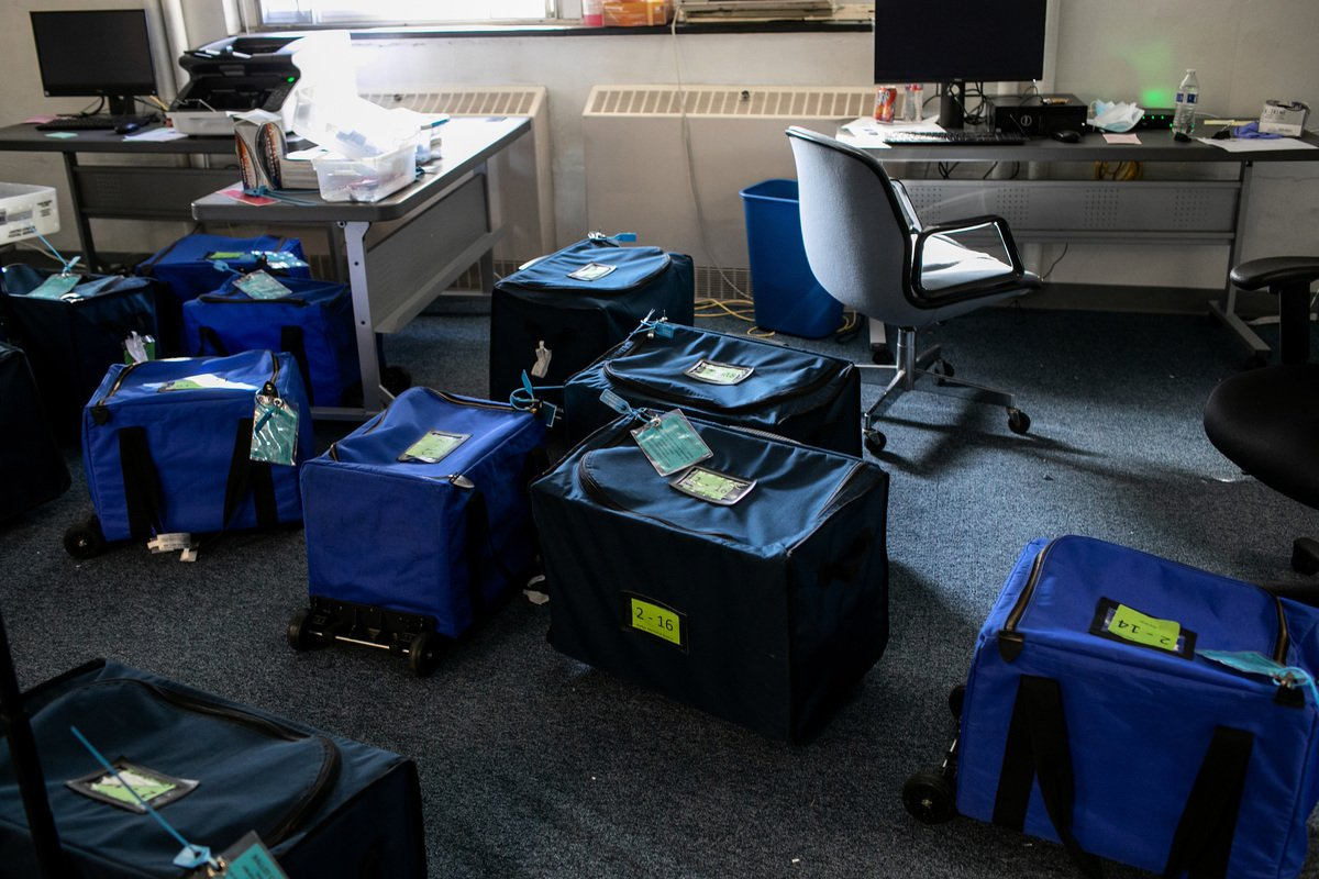 2020年11月4日,美國密歇根州蘭辛市(Lansing)職員辦公室,已計算完的總統大選選票放在密封的箱子裏。(John Moore/Getty Images)