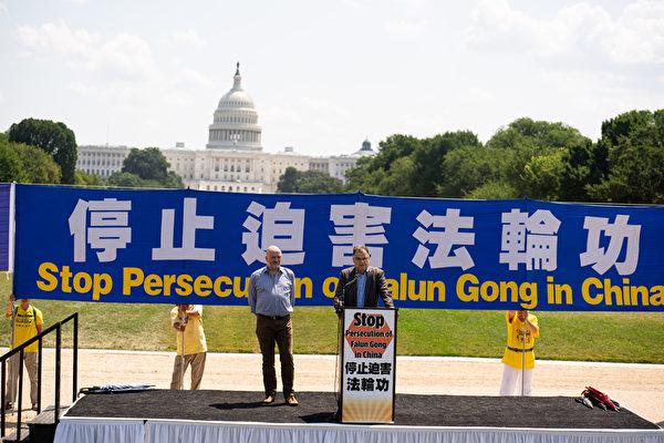 德國國會議員於爾根·布勞恩(Jurgen Braun)於2021年7月16日在華盛頓DC法輪功「7.20」反迫害集會上發言。(戴兵/大紀元)
