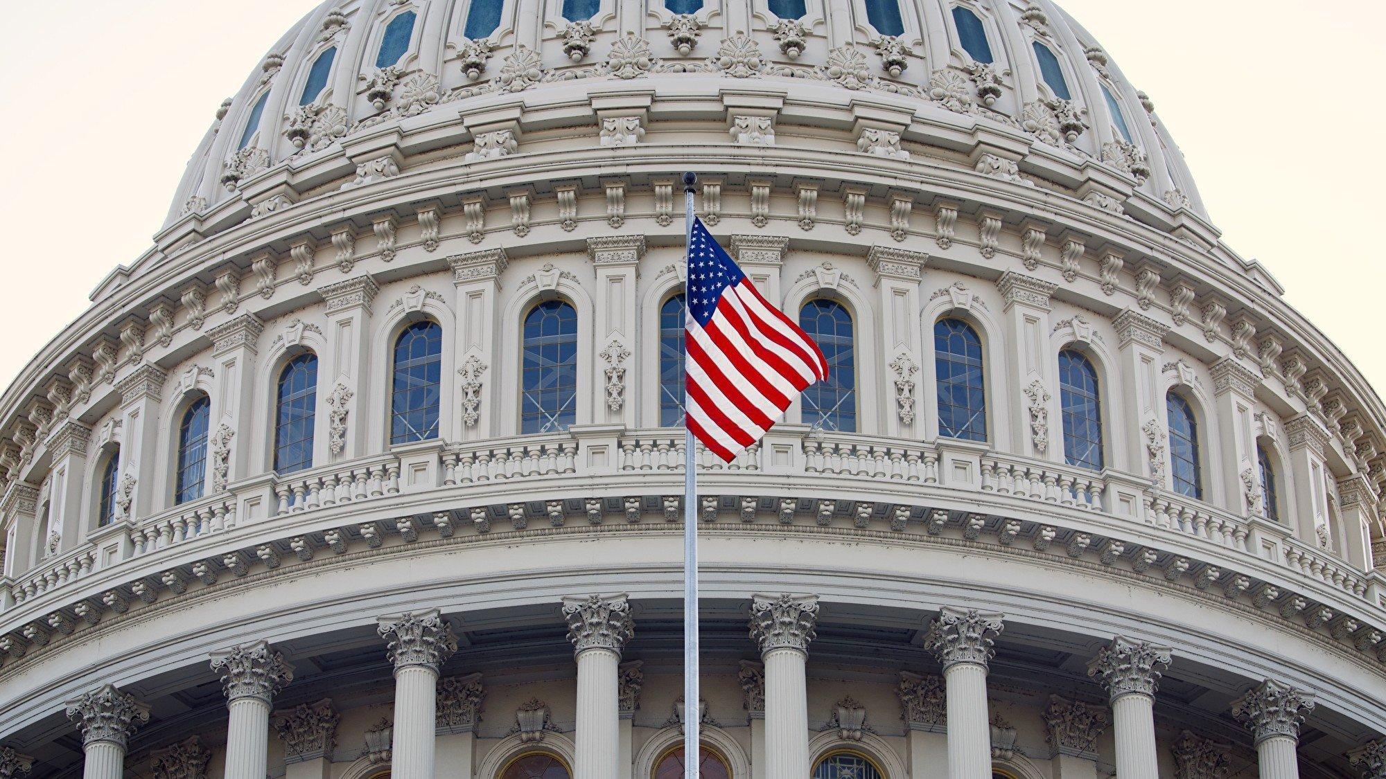 共和黨人在翻轉國會席位中大獲成功,尤其是女性共和黨人。此次大選後,女性國會議員的人數將創下歷史最多記錄。圖為飄揚在美國國會大廈上空的美國國旗。(York Du/大紀元)