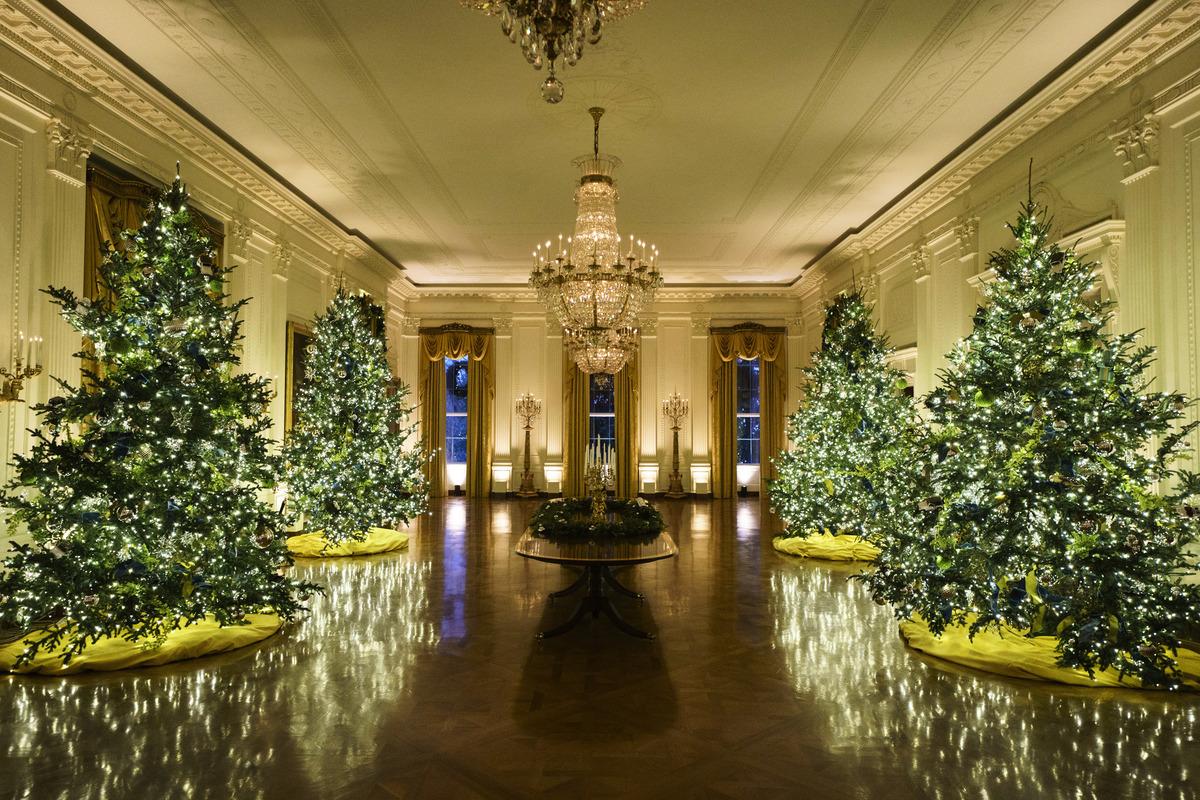 2020年11月30日,位於華盛頓特區的白宮東廳煥然一新。今年白宮聖誕節裝飾的主題是「美麗的美國(America the Beautiful)」。(Drew Angerer/Getty Images)